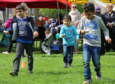 """Der Klassiker """"Eierlaufen"""" gefällt auch Kindern von heute. Das Kinderzentrum Pfingstbornstraße ermöglichte das. Fotos: Heide Noll"""