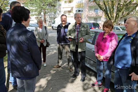 Die Verkehrsprobleme in der Hofmann-Siedlung nahm die SPD zum Anlass für einen Rundgang mit Bürgern. Foto: Heide Noll