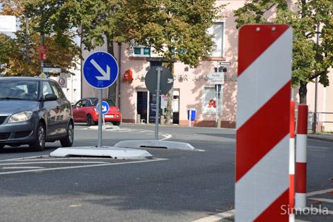 """Reichlich """"möbliert"""": Die umstrittene Radfahrer-Querungshilfe am Dalles wird nun ein Jahr lang """"beobachtet"""". Foto: Michael Sittig"""