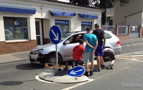 Festgefahren hat sich der Fahrer dieses Wagens auf der Verkehrsinsel an der Kurve der Farbenstraße. Nur mit vereinten Kräften bekamen Helfer das Auto wieder frei.