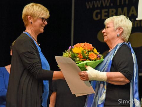 Dank sagt Ingrid Schubert (links) Waltraud Pickel