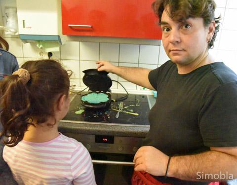 Grüne Waffeln backte Köchin Athena Agoumis im Kinderhaus für die kleinen Gäste. Fotos: Michael Sittig