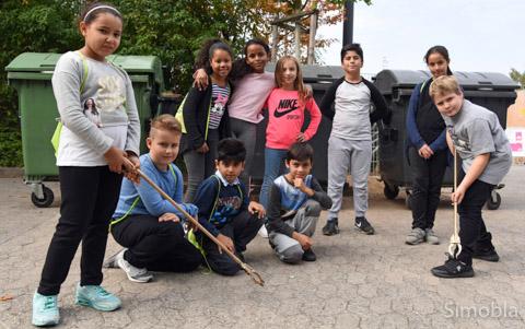 """Der Umgang mit Müllsammelgeräten ist den Grundschülern in Sindlingen-Nord vertraut: Seit vielen Jahren beteiligt sich die Ludwig-Weber-Schule an der Aktion """"Sauberhafter Schulweg"""". Foto: Michael Sittig"""