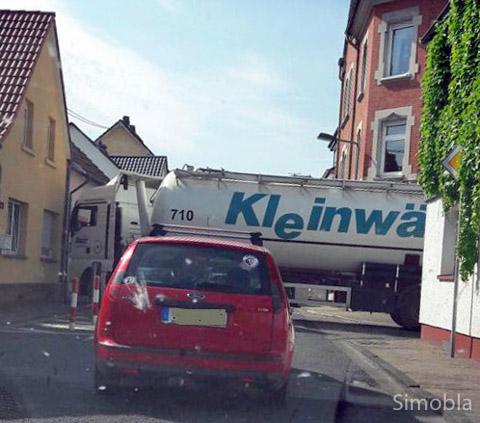 Aus der Schreinerstraße wollte der Fahrer dieses Lastwagens in die Okrifteler Straße abbiegen - das ging nicht gut.