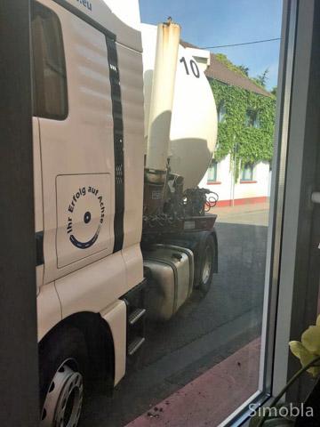 Zum Fürchten: Blick aus dem Fenster eines Wohnhauses auf den verkeilten Lastwagen.