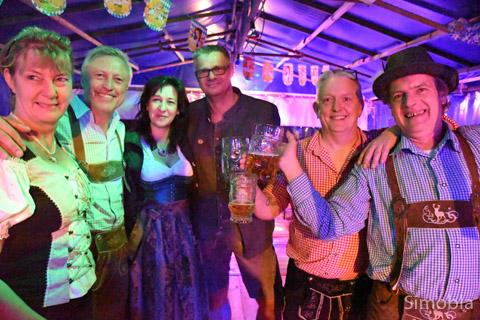 """Beim Oktoberfest sind bayerische Trachten angesagt. Viele Besucher auf der """"Wies'n"""" des Sindlinger Karnevalvereins hielten sich daran. Foto: Michael Sittig"""