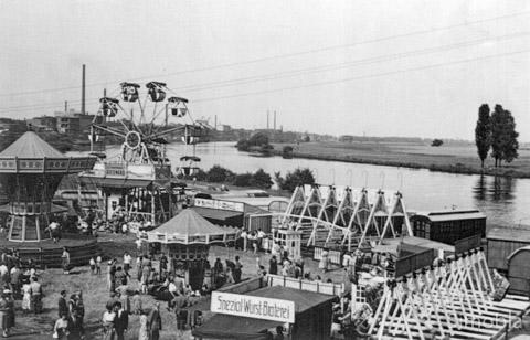 Da verdiente der Rummelplatz noch seinen Namen! Zur Kirchweih gab es früher eine Kirmes mit vielen Attraktionen am Sindlinger Mainufer. Das Foto entstand Anfang der 60-er Jahre, noch vor dem Bau der Farbwerksbrücke. Foto: Archiv Heimat- und Geschichtsverein