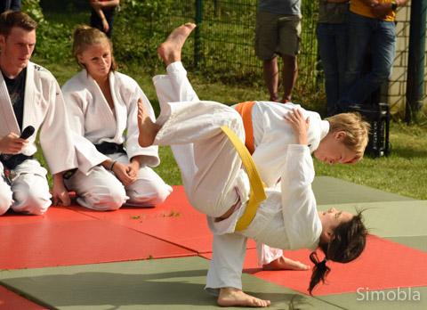 Mit Schwung wirft der junge Judoka seine Gegnerin auf die Matten. Solche Wurf- und Falltechniken gehören zur Grundausbildung.
