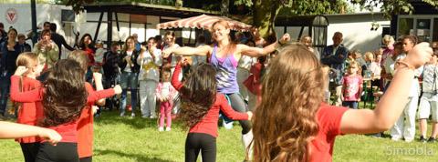 Zumba macht Spaß, bewiesen die Kinder bei der Vorführung mit ihrer Übungsleiterin Maria Cecilia Eckmann-Campo. Fotos: Michael Sittig