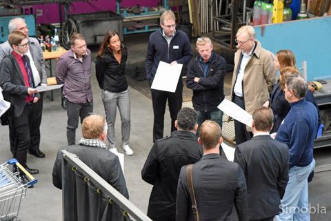 In der Halle der Firma Metallbau-Löllmann schilderten Annette und Marcus Löllmann sowie Bernd und Markus Krämer den Besuchern die Verkehrsprobleme. Foto: Michael Sittig