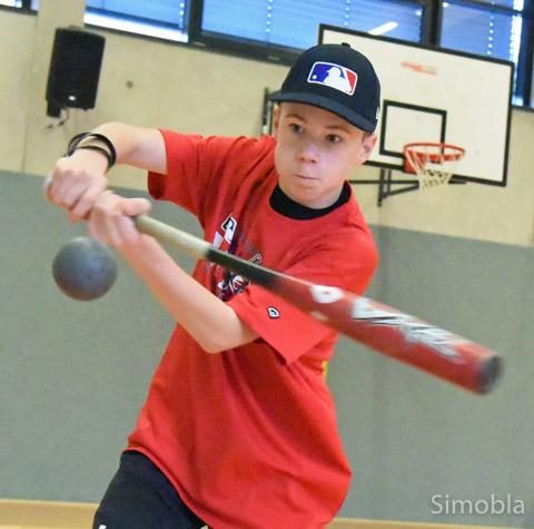Konzentriert fixiert Niklas Rossius den Ball. Der Sindlinger ist ein erfolgreicher Baseballspieler und wurde mit den Main-Taunus Redwings Hessenmeister.