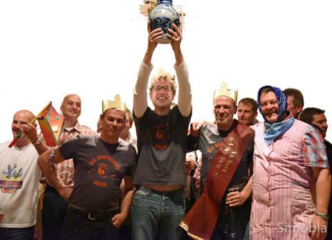 """Gärung gelungen: Die """"Gärfreunde"""" Gernot Kölbl, Gerald Carda und Martin Bertelmann errangen die Krone des Sindlinger Apfelweinkönigs. Fotos: Michael Sittig"""