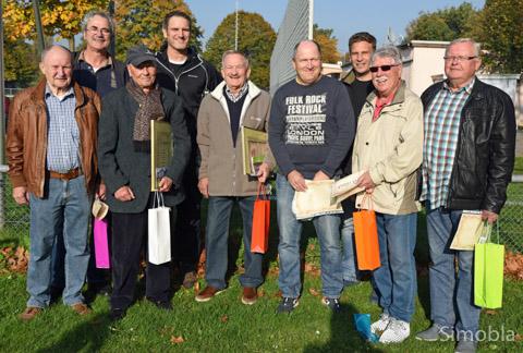 Langjährigen und engagierten Mitgliedern dankte der Vorstand des FC Viktoria auf dem Fußballplatz am Kreisel. Foto: Michael Sittig