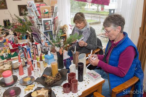 Marion Schulz (rechts) und Meike Bartelt waren auch während des Kreativmarkts am Basteln. Fotos: Hans-Joachim Schulz