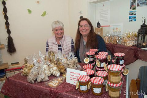 Ute und Silke Flegel verkauften selbst gebackene Plätzchen und Marmeladen.