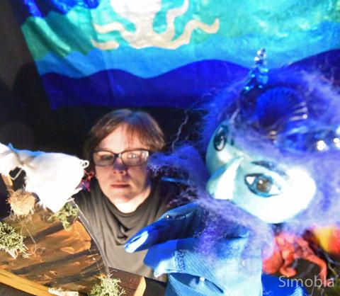 Fröhlich ging es zu beim Figurentheater von Antja Kania (rechts) in der Bücherei. Foto: Michael Sittig