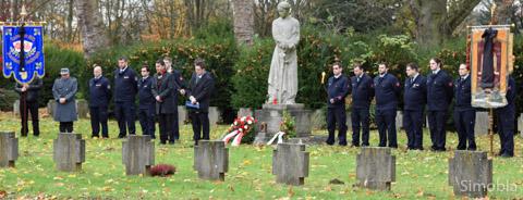 Auf dem Friedhof gedachten der VdK, der Vereinsring, die Feuerwehr und Mitglieder weiterer Vereine der Opfer von Krieg und Gewalt. Fotos: Michael Sittig