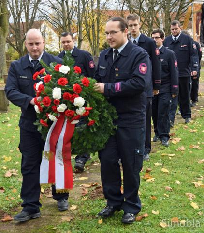 Die Freiwillige Feuerwehr brachte Kranz und Gesteck zum Ehrenmal.