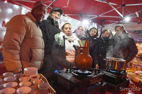 Kaffee und Gebäck aus Eritrea, Bethmännchen und Glühwein aus Frankfurt gab's am Stand des Quartiersmanagements.