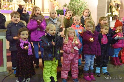 Kinder der katholischen Kitas sangen in der Kirche.