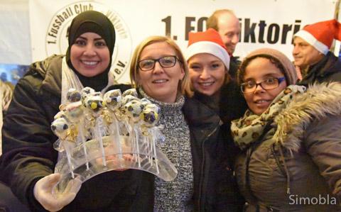 Süße Fußbälle backten die Mütter der F2-Fußballjugend, hier (von links) Nassiba Hannou, Margot Papi, Heike Kretzer und Lisa Kassa.