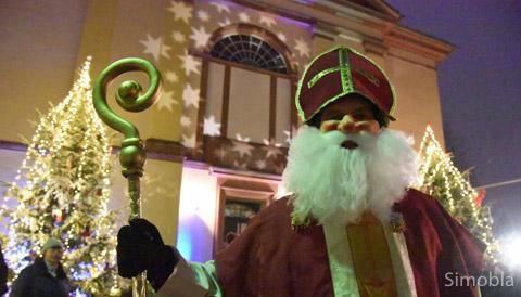 Der Nikolaus brachte Schokolade und Äpfel und erfreute sich an der stimmungsvollen Beleuchtung.