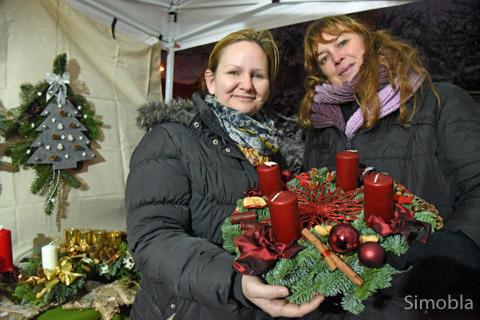 Die gelernte Floristin Kerstin Camadan (rechts) unterstützte den Kreativstand des katholischen Kindergartens St. Dionysius.