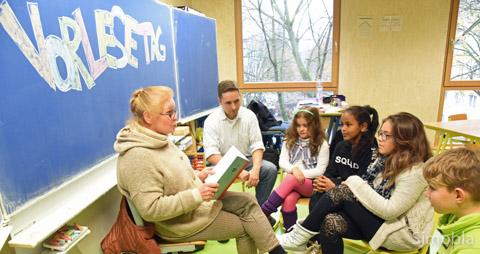 """Mentorin Inge Schlieter kommt jede Woche in die Ludwig-Weber-Schule. Am Vorlesetag las sie Viertklässlern aus """"Adrian und Bardus"""" vor."""