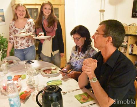 Es ist angerichtet: Laura Gerhards und Anisha Arenz bewirten Manuela und Peter Teske.