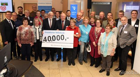 Manfred Ruhs und Alfons Gerling (hinter dem Scheck) verteilten 40.000 Euro an Vereine. Foto: Sittig