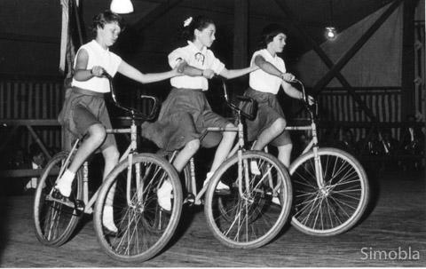 Ebenfalls ohne Namen: Drei Damen beim Kunstradfahren.