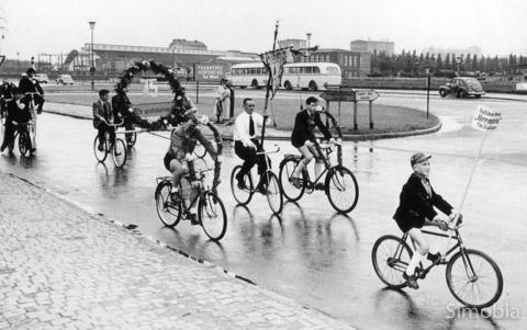 Wer kennt den Jungen auf dem Fahrrad vorne rechts? Die Frage blieb beim historischen Stammtisch unbeantwortet.