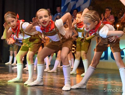 """Mit """"Hüttengaudi"""" gefielen die Tanzkäfer beim Sindlinger Karnevalverein. Fotos: Sittig, Henrich"""