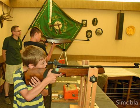 Am Tag der offenen Tür (in der Regel an Fronleichnam) dürfen Interessierte das Schießen mit dem Luftdruckgewehr ausprobieren. Foto: Michael Sittig