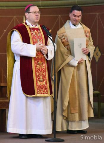 Zur Segnung der neuen Großpfarrei kam der Limburger Bischof Georg Bätzing (links) nach Höchst. Pfarrer Martin Sauer war einer der Mitzelebranten. Foto: Michael Sittig