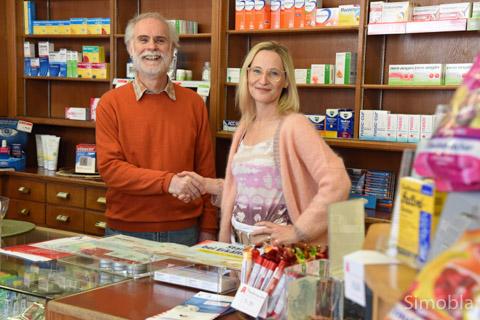 Georgios Kapetanopoulos verabschiedet sich in den Ruhestand. Miriam Oster lädt alle Kunden dazu ein, ihre Medikamente künftig über die Alexander-Apotheke zu beziehen. Foto: Michael Sittig
