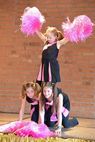 """""""Die Tanzraketen"""" tanzten unter anderem mit rosa Puscheln."""