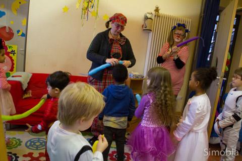 Die bunte Zirkuswelt lernten die Kinder im evangelischen Kindergarten kennen. Fotos: Sven Callender