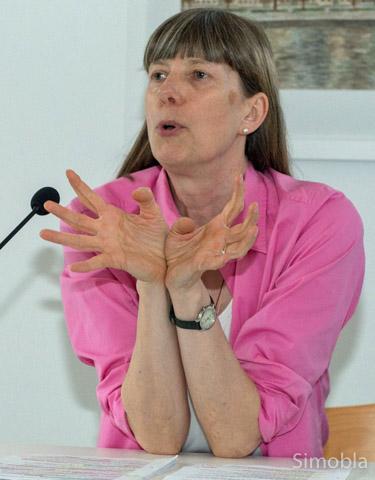 Lebendig und gestenreich erzählte Silke Wustmann im evangelischen Gemeindehaus Märchen und Sagen. Foto: Hans-Joachim Schulz