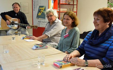 """Sie lasen aus """"Das siebte Kreuz"""": (von rechts) Eva-Maria Callender, Annette Moschner und Mario Gesiarz. Rainer Weisbecker ergänzte mit Erlebnissen aus seiner Familie und spielte Blues. Foto: Michael Sittig"""