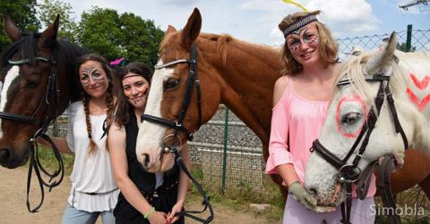 """Andrea und Isabella Groß sowie Anna-Lena Hofmann (von links) mit den Pferden Roxy, Luna und Pünktchen zeigten die Reitvorführung """"Indianer und Cowboys""""."""