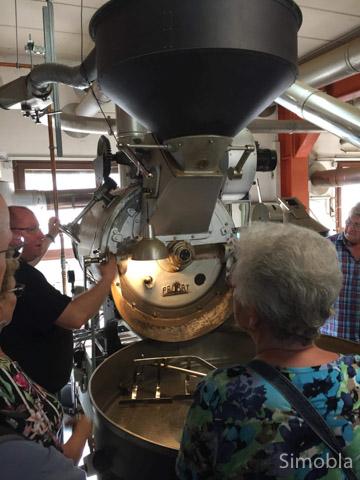 Exkursion in die Kaffeerösterei  Als letzten Ausflug vor der Sommerpause bot das Kulturforum Zeilsheim eine Fahrt nach Fechenheim in die Kaffeerösterei Wacker an. Dort erfuhren die Teilnehmer allerhand Interessantes über den Kaffeeanbau, -handel und die Veredelung. Wegen sehr großer Nachfrage wird diese Exkursion auch noch einmal in das Vereinsprogramm 2019 aufgenommen, so dass noch eine weitere Gruppe in den Genuss dieses tollen Einblicks in ein altes Frankfurter Traditionsunternehmen kommen kann. simobla