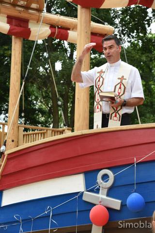 Pfarrer Martin Sauer segnete das Aktivspielschiff im Garten der Kita St. Kilian. Anschließend wurde es getauft und geentert.