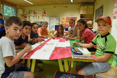 Große Kunst braucht viele Hände: Schüler gestalten ein zwei Meter großes Bild gemeinsam. Foto: Michael Sittig