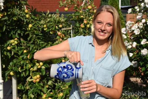 Fröhlich eingeschenkt: Annabell-Sophie Brech bewirbt sich um die Frankfurter Apfelweinkrone. Sie hofft auf viele Zustimmungen zwischen dem 9. und 16. August. Foto: Michael Sittig