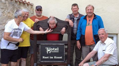 """""""Würfelbrüder"""" im Knast: (von links) Teddy Kristic, Wolfgang Scheh, Michael Hedtler, am Pranger Wolfgang Schuhmann, Jürgen Peters, Albrecht Fribolin und Willi Stappert."""